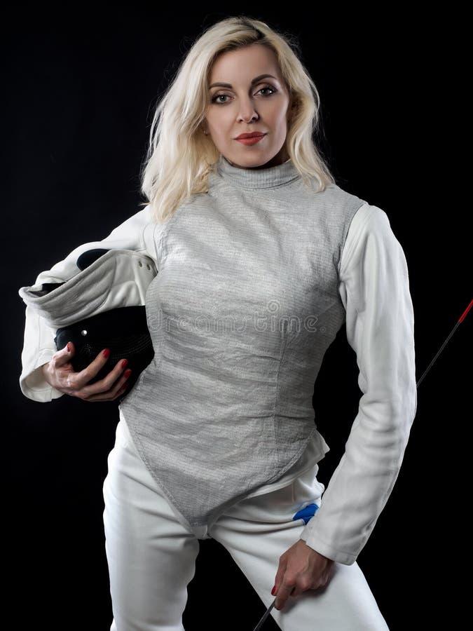 Портрет фехтовальщика взрослой женщины стоковая фотография