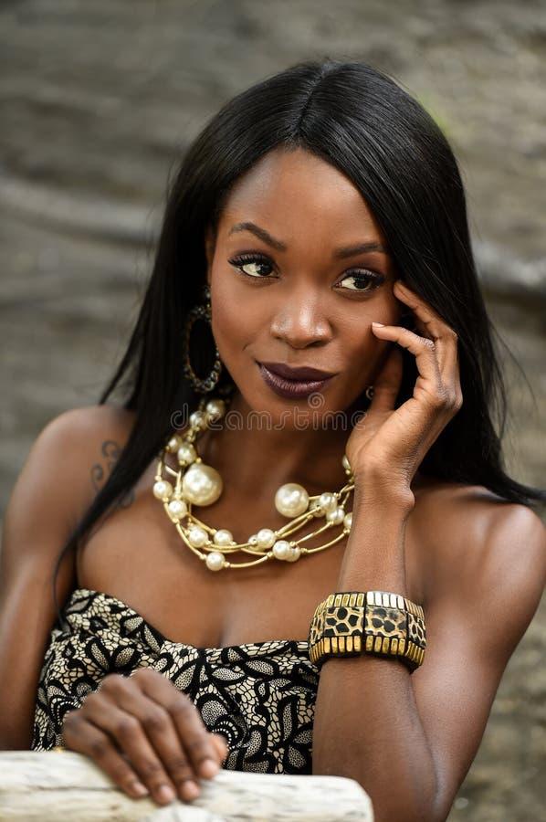 Портрет фотомодели афроамериканца очарования стоковые изображения