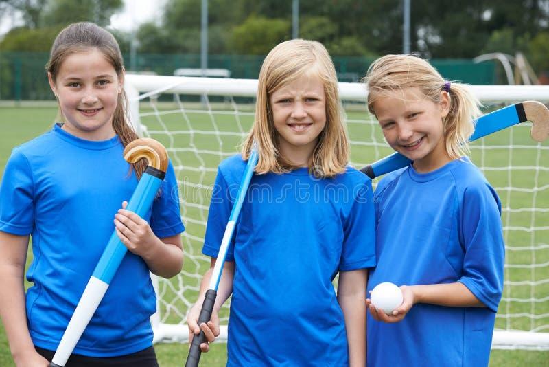Портрет хоккейной команды девушки стоковое изображение