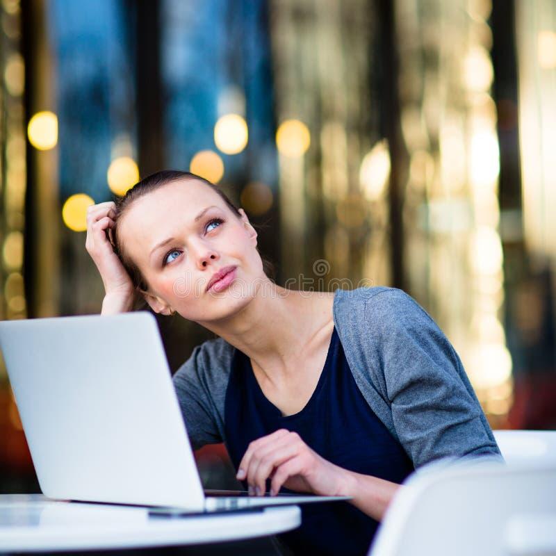 Портрет холеной молодой женщины, используя портативный компьютер стоковое изображение rf