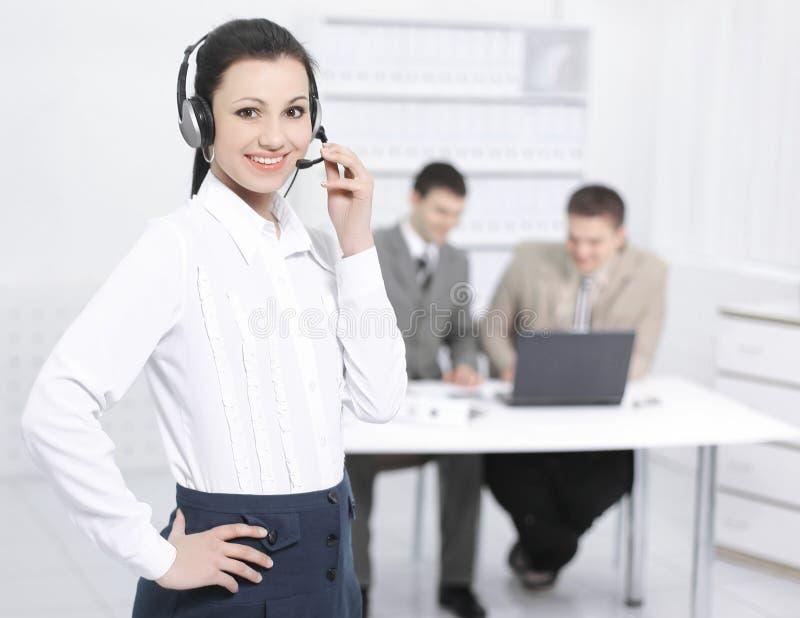 Портрет центра телефонного обслуживания работника на заднем плане  стоковые изображения rf
