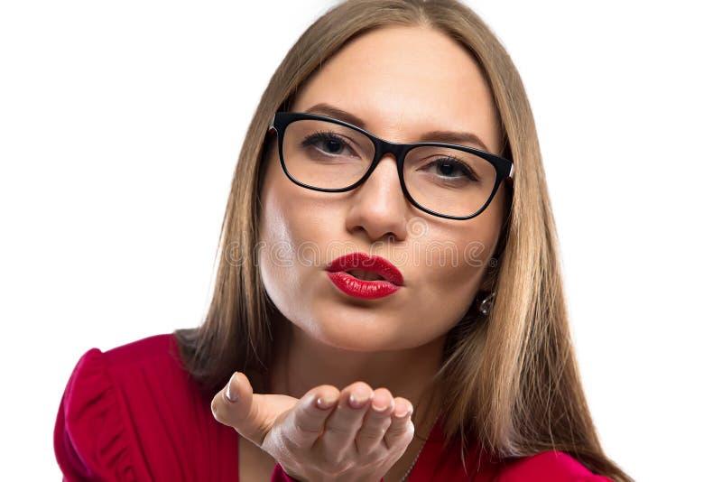 Портрет целовать женщину в красном цвете стоковое фото