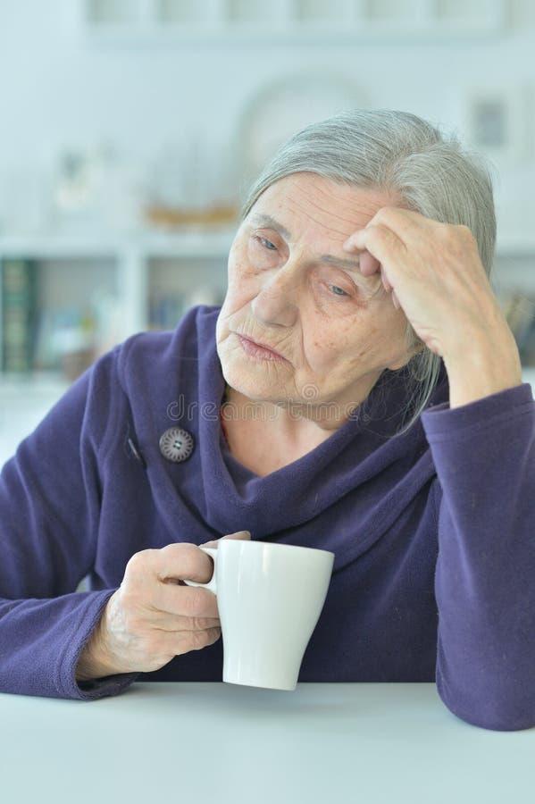 Портрет чая унылой старухи выпивая стоковая фотография rf