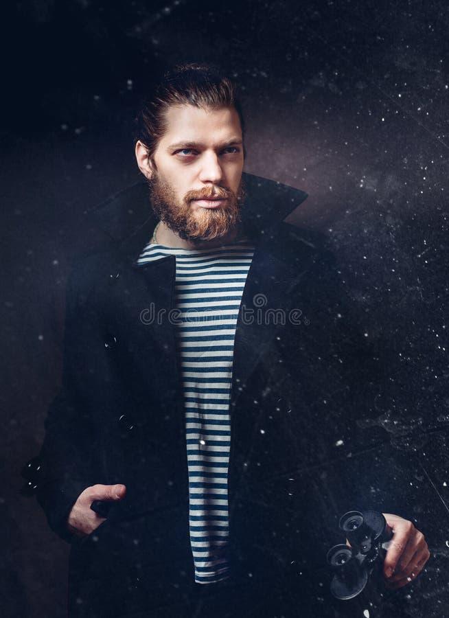 Портрет человека матроса который смотрит через бинокли Концепция профессиональной деятельности Ретро стиль с царапинами стоковые изображения rf