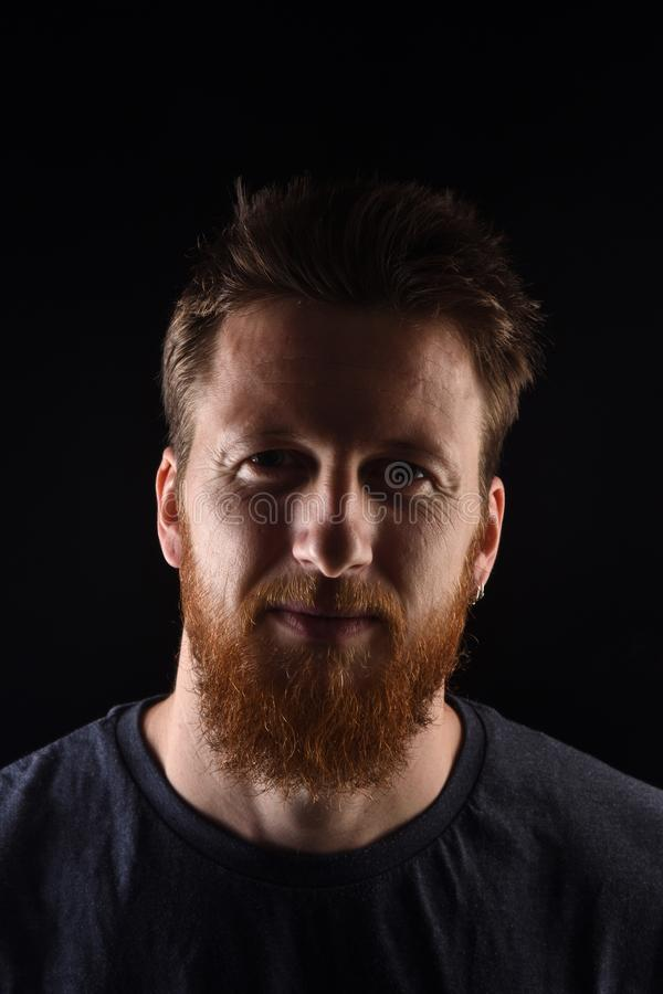 Портрет человека на черной предпосылке стоковая фотография
