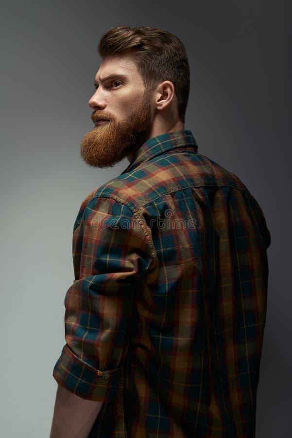 Портрет человека с бородой и современным стилем причёсок стоковая фотография