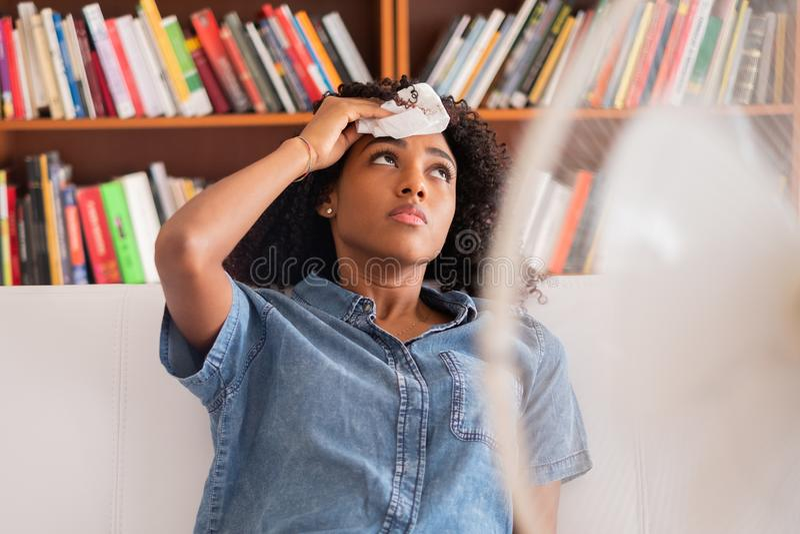 Портрет черной девушки охлаждая против жаркой погоды стоковые изображения