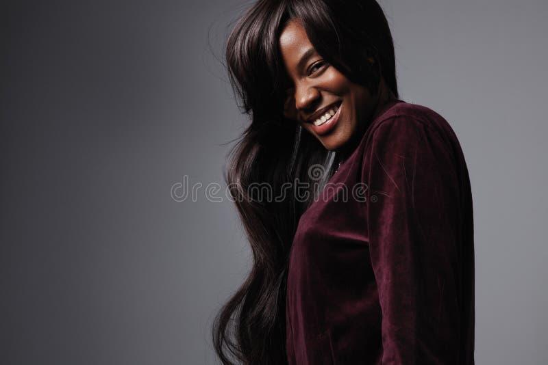 Портрет черной женщины смешанной гонки с длинными волосами стоковое фото