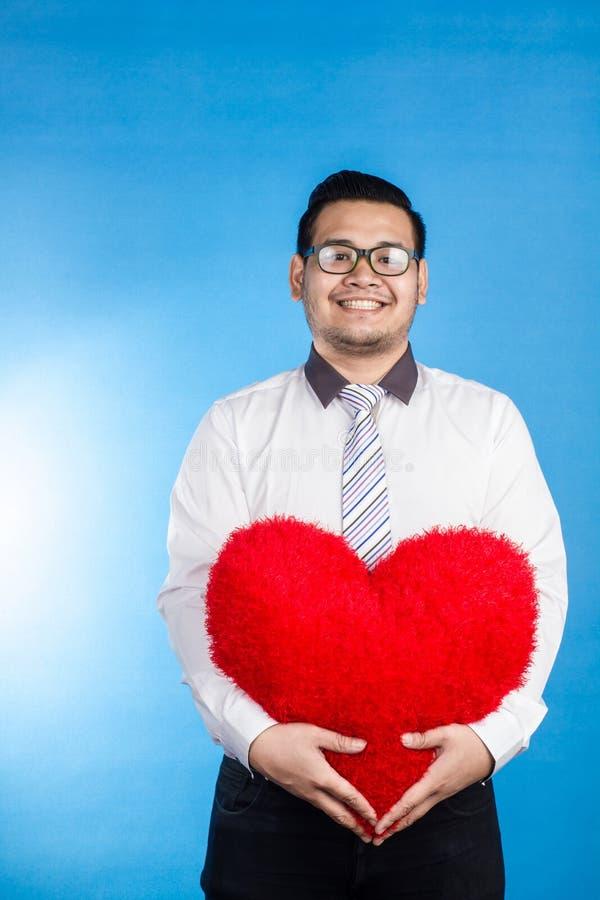 Портрет человека валентинки романтичного счастливого показывая его место влюбленности стоковые фото