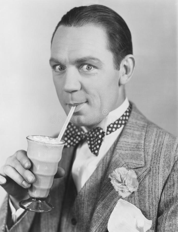 Портрет человека выпивая через солому стоковые фотографии rf