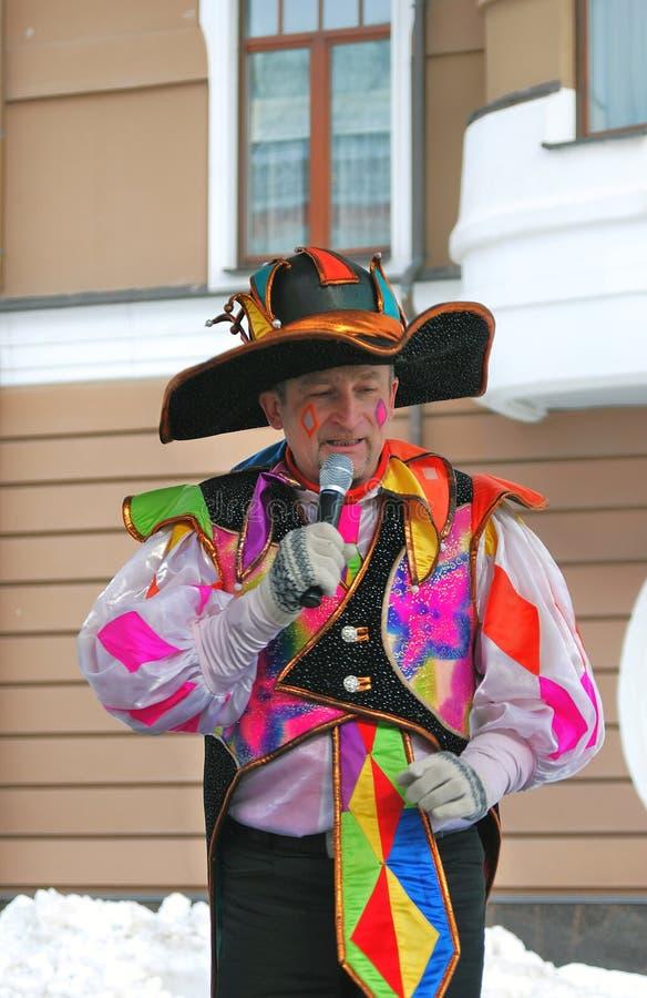 Портрет человека в костюме масленицы проводя говорить микрофона стоковые изображения