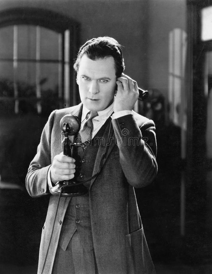Портрет человека говоря на телефоне (все показанные люди более длинные живущие и никакое имущество не существует Гарантии поставщ стоковые изображения