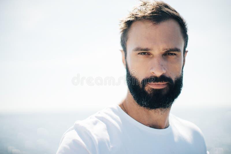 Портрет человека на предпосылке моря blure стоковая фотография rf