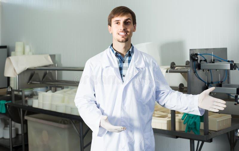 Портрет человека одетый в пальто лаборатории смотрит счастливым на fa стоковая фотография