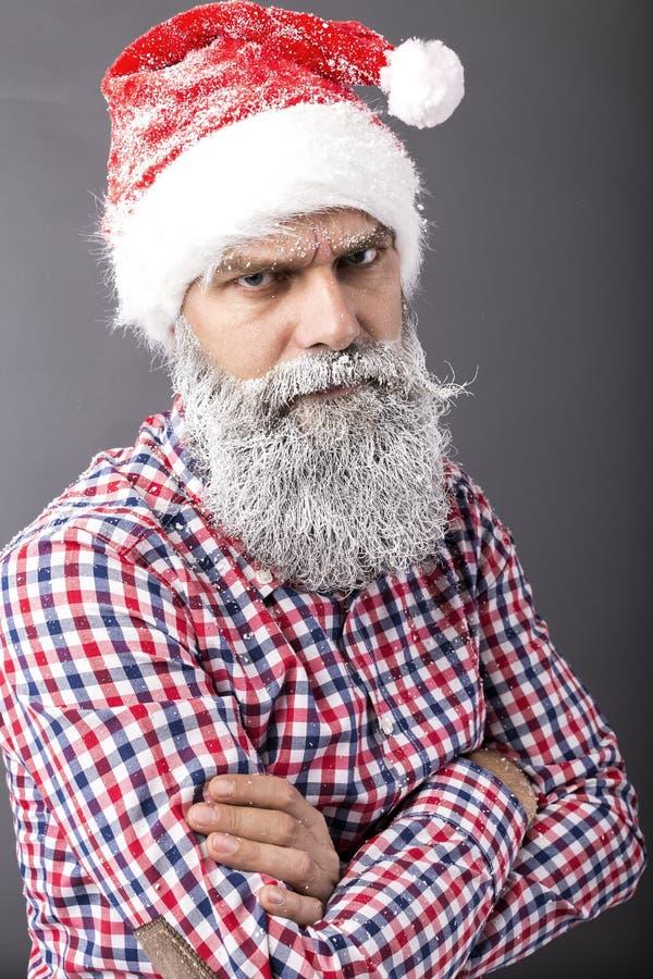 Портрет человека при замороженная борода нося крышку красного цвета santa стоковые фотографии rf