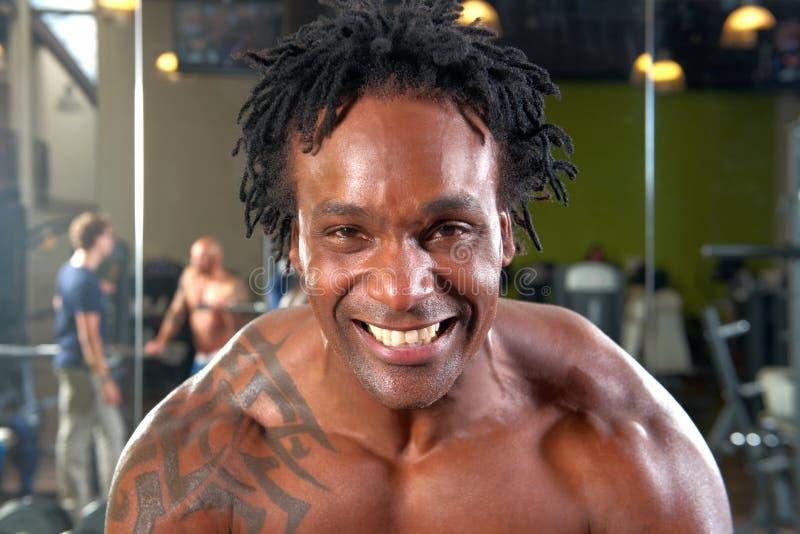 Портрет человека работая в спортзале стоковая фотография rf