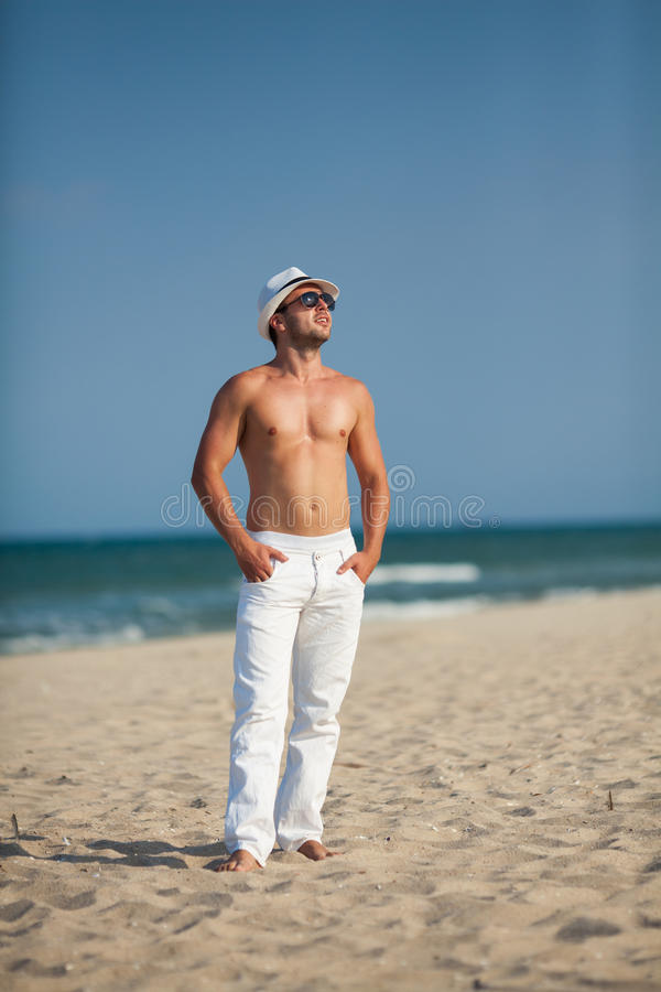 Download Портрет человека стоя на пляже Стоковое Фото - изображение насчитывающей bluets, беспечально: 41654986