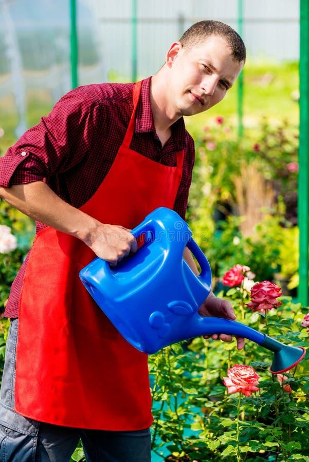 фото мужчина поливает цветы лаком