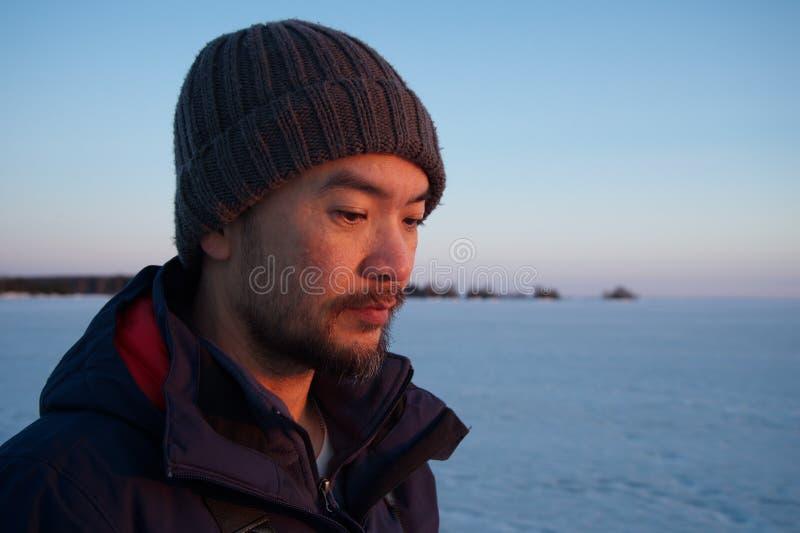 Портрет человека с озером льда внешним стоковая фотография
