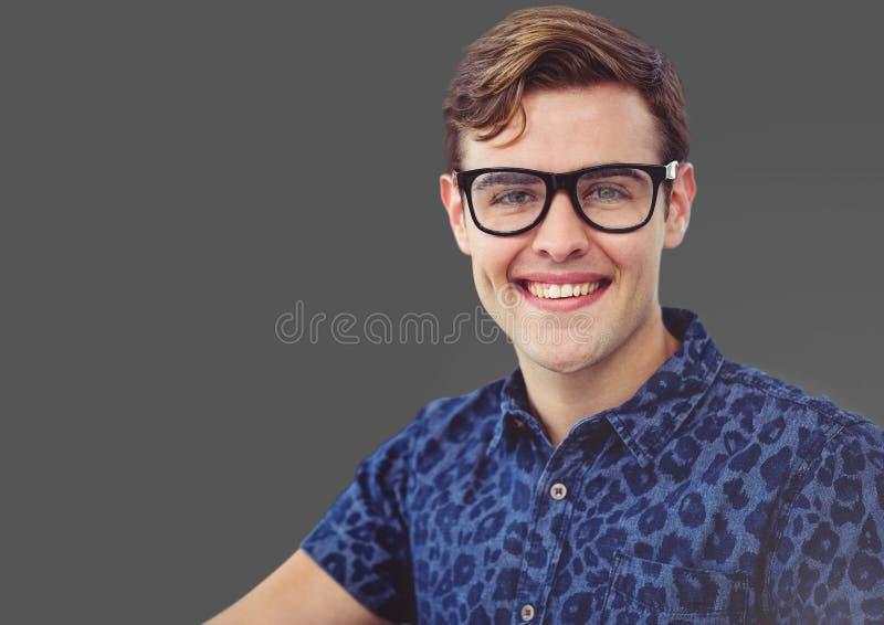 Портрет человека с серой предпосылкой стоковое фото rf