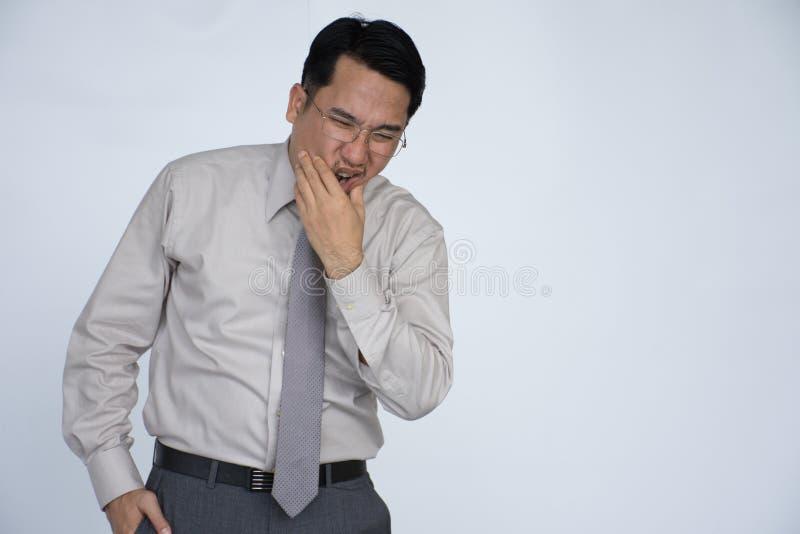 Портрет человека с toothache, несчастные азиаты укомплектовывает личным составом иметь toothache стоковые фотографии rf