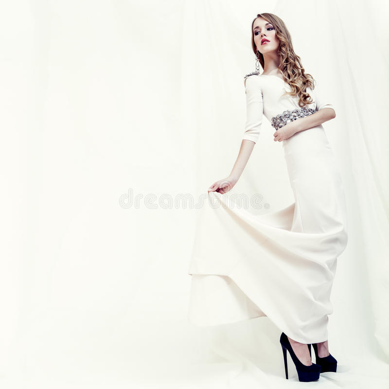 портрет чувственной девушки в белом платье стоковое изображение