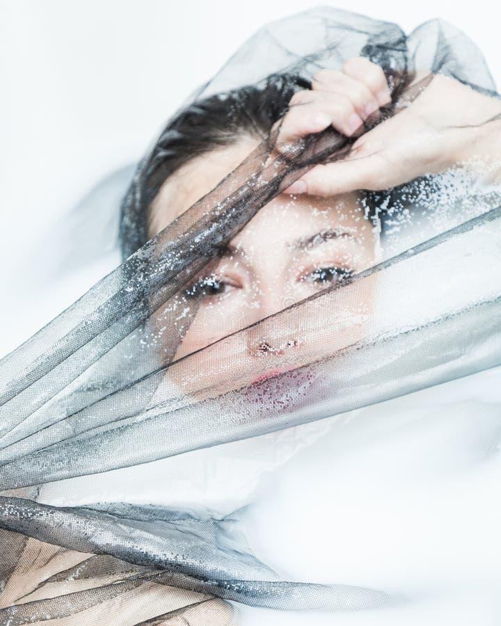 Портрет чувственной женщины творческий с черным Тюль в ванне молока стоковая фотография rf