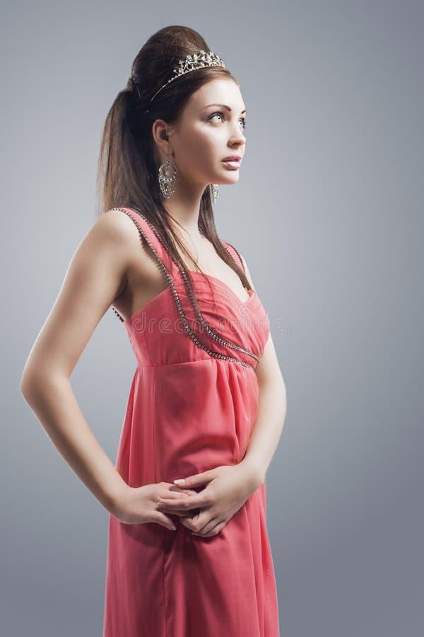 Портрет чувственной кавказской женщины брюнет с носить тиары стоковые фото