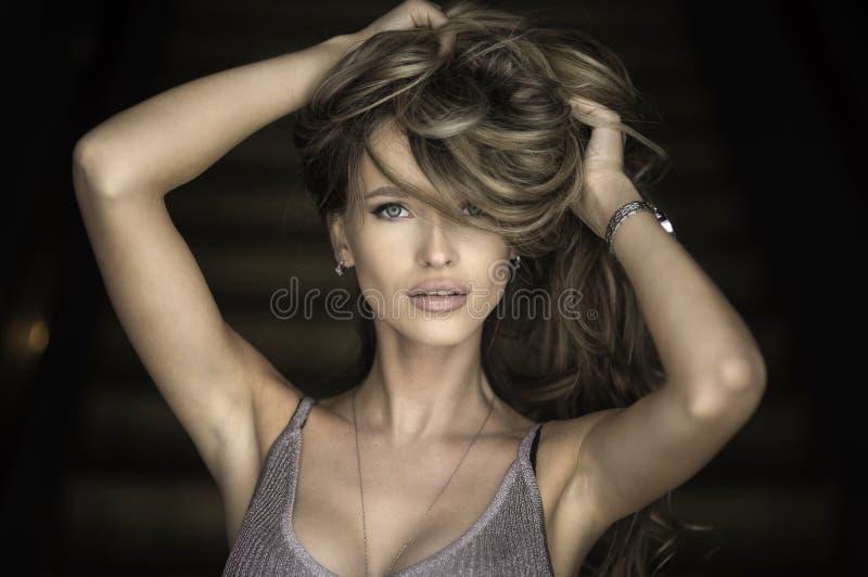 Портрет чудесной молодой белокурой женщины при длинние волосы смотря камеру, ся стоковые фотографии rf