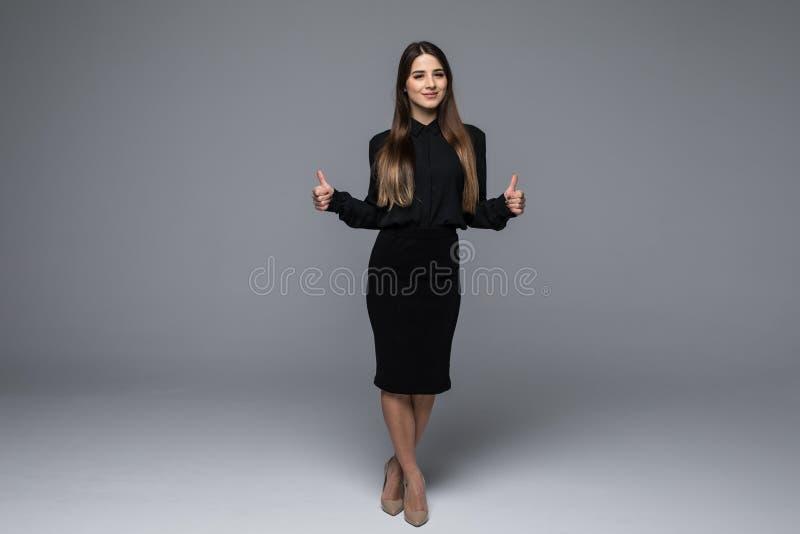 Портрет чудесной молодой бизнес-леди на серой предпосылке стоковые фотографии rf