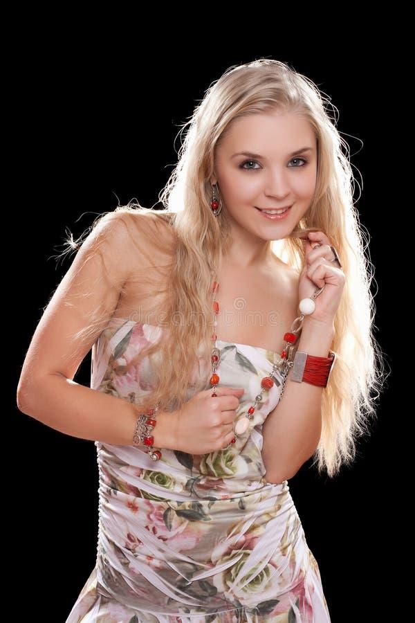 Портрет шаловливой молодой блондинкы стоковые фото