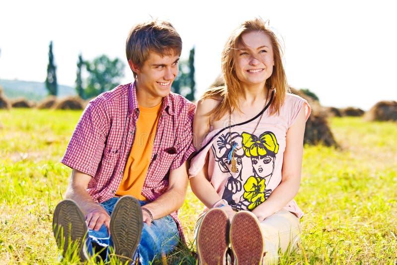 Портрет шаловливых молодых пар влюбленности имея потеху стоковые изображения