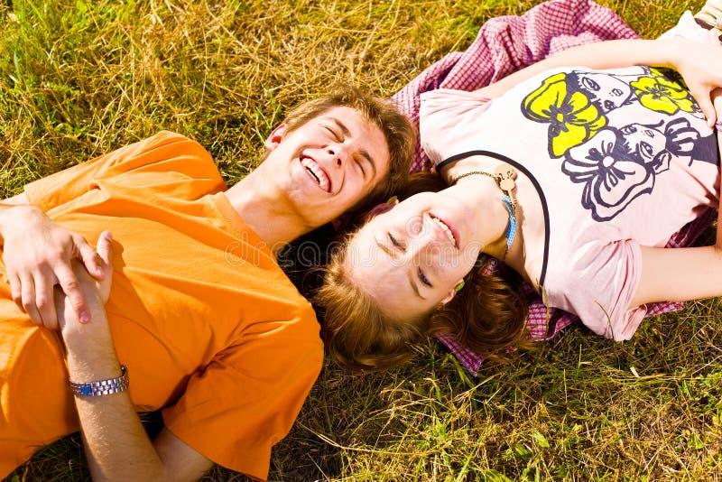 Портрет шаловливых молодых пар влюбленности имея потеху стоковые фотографии rf
