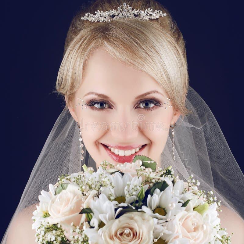 Портрет шикарной белокурой невесты с великолепной сияющей улыбкой стоковое изображение