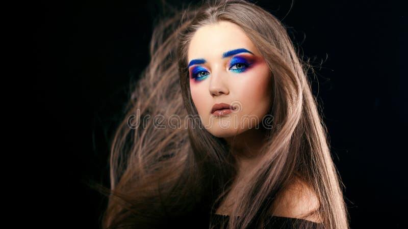 Портрет шикарной красивой девушки с длинными волосами и голубыми закоптелыми глазами стоковые фотографии rf