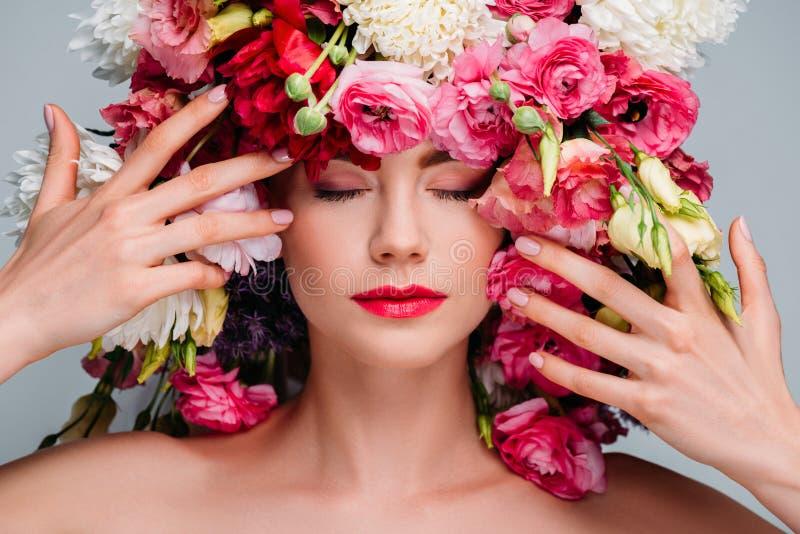 портрет шикарной молодой женщины с закрытыми глазами представляя с красивыми цветками на голове стоковая фотография rf