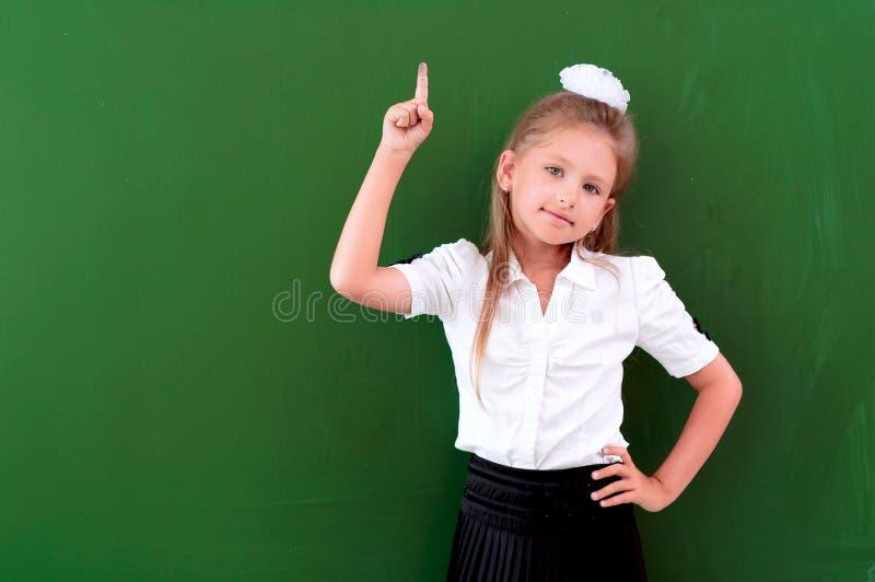 Портрет школьницы около классн классных стоковая фотография