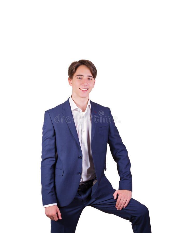 Портрет элегантного молодого человека в костюме и бабочке, изолированный на белой предпосылке стоковое изображение rf