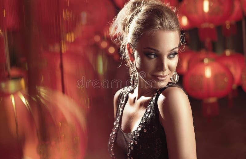 Портрет элегантной белокурой дамы стоковые фотографии rf