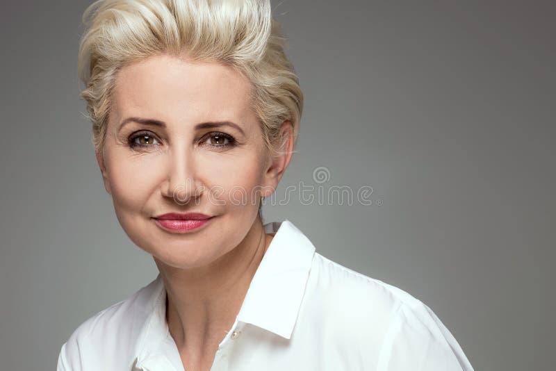Портрет элегантной белокурой женщины постаретой серединой стоковые фотографии rf