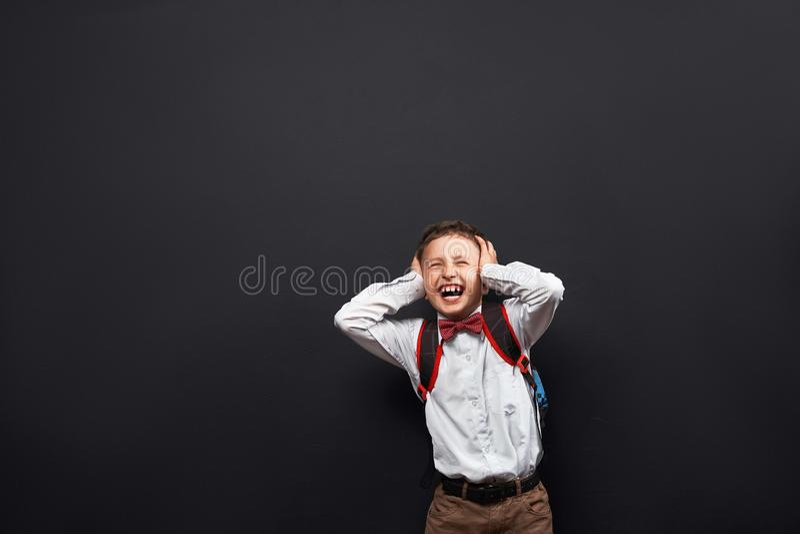 Портрет эмоционального ребенка клекоты школьника мальчика брызгают вне отрицательные эмоции концепция студента кричит никакое жел стоковые изображения