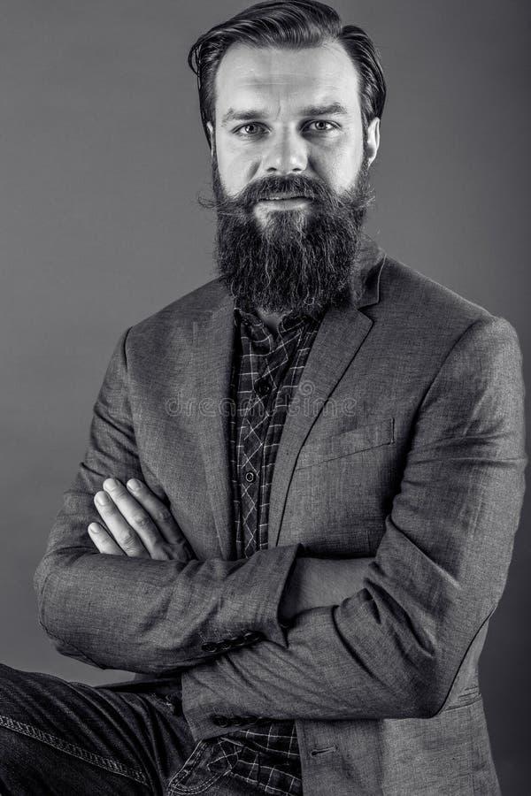 Портрет элегантного молодого человека моды с бородой и усиком стоковая фотография