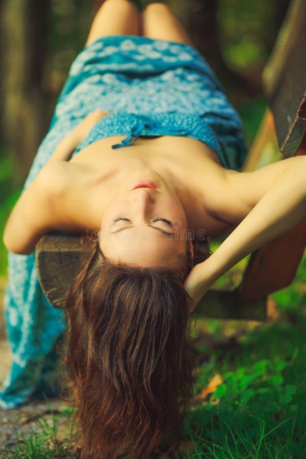 Портрет элегантной женщины с коричневыми волосами в лесе стоковые фотографии rf