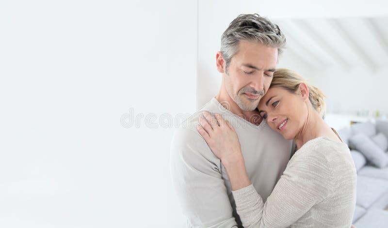 Портрет любящих зрелых пар дома стоковое фото rf