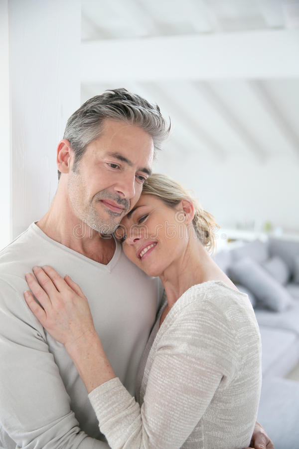 Портрет любящих пар обнимая дома стоковые изображения rf