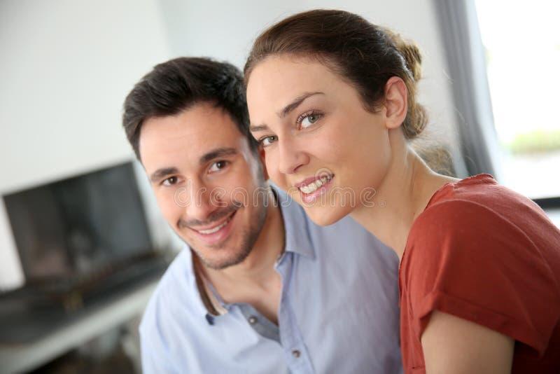 Портрет любящих пар сидя дома стоковое изображение