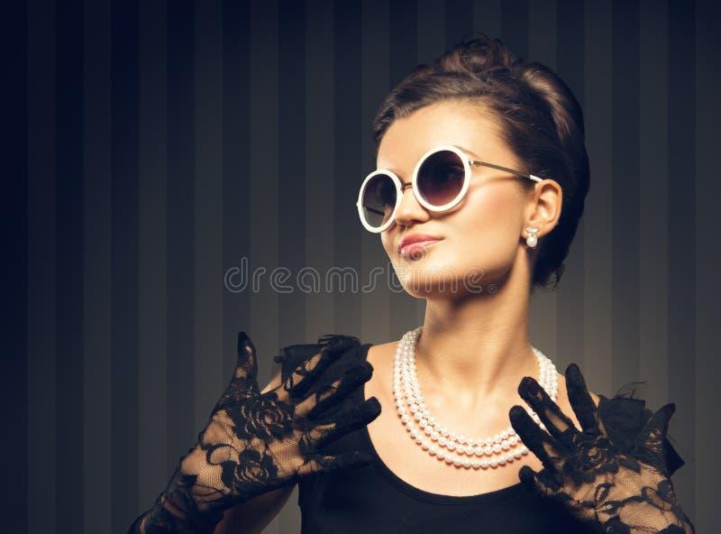 Портрет ювелирных изделий жемчуга красивой женщины брюнет wering стоковые фотографии rf