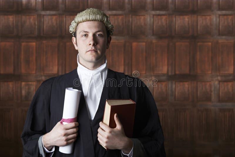Портрет юриста в суде держа сводку и книгу стоковое фото
