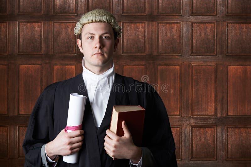 Портрет юриста в суде держа сводку и книгу стоковая фотография