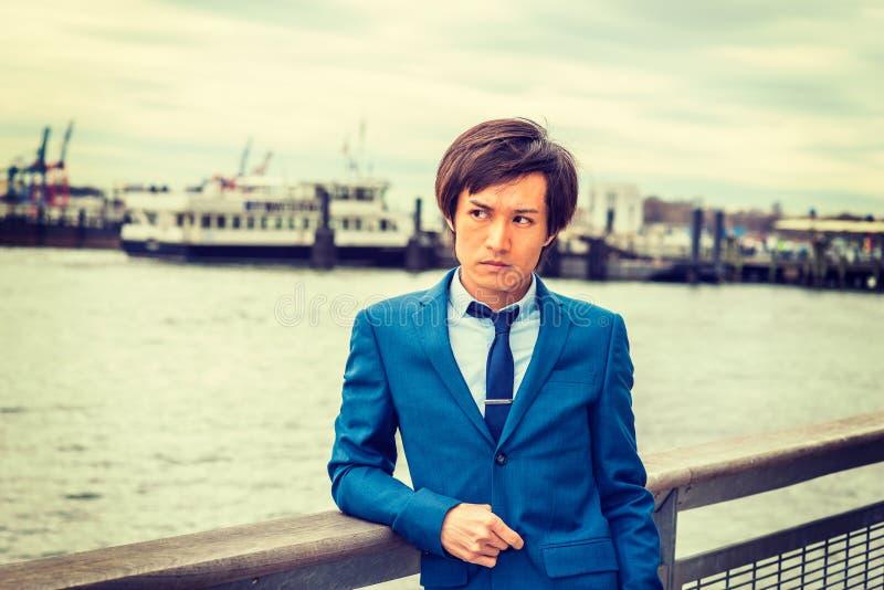 Портрет японского молодого человека в Нью-Йорке стоковое фото